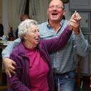 Udo Wittmann mit Inge Ehrhard, der ersten Gewinnerin beim Bingo.